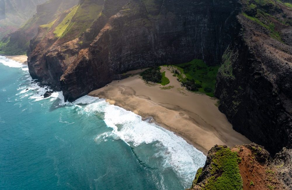 Deserted beach in Hawaii by Pascal Debrunner